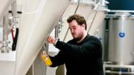Abgefüllt: Der junge Braumeister Julian Menner stellt moderne Biersorten her.