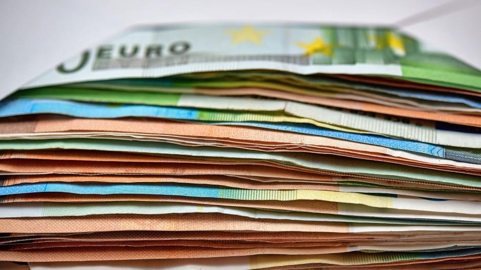 Schön bunt  und  leicht zu stapeln: Die Nachfrage nach Euro-Scheinen hat stark zugenommen.