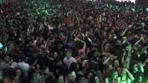 Tausende tanzen in Liverpool wie vor der Pandemie