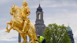 Mann beschädigt Goldenen Reiter mit Hammer und Winkelschleifer