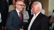 Mehr als Händeschütteln ist nicht drin: Der Spitzenkandidat der FDP in Schleswig-Holstein Wolfgang Kubicki (rechts)  sieht keine Chance auf eine Koalition mit Noch-Ministerpräsident Thorsten Albig (links).