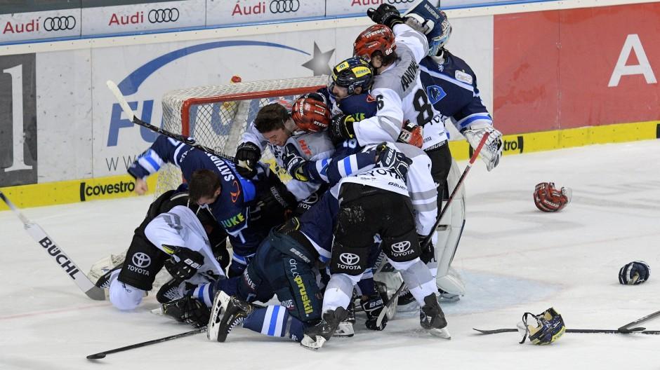 Im Eishockey nichts Besonderes: Spieler vom ERC Ingolstadt und von den Kölner Haien prügeln sich Ende März 2019 im Stadion von Ingolstadt.