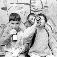 Milch macht munter: Berliner Schüler gönnen sich 1993 einen Schluck aus der Pulle.