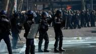 """Die """"Gelbwesten""""-Proteste sind nur ein Beispiel für den Hass, den französische Polizisten aktuell erfahren."""