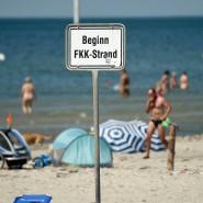 Am FKK-Strand kann man auch ungestört nackt Volleyball spielen, wenn einem danach ist.