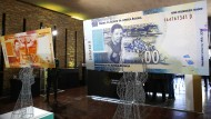 Seitdem Präsidentenwechsel in Südafrika stieg der Rand-Kurs kontinuierlich an. Jetzt sind die Banknoten mit dem Konterfei Mandelas erst einmal weniger wert.