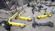Vielfach umgeworfen: E-Scooter am Frankfurter Bahnhofsvorplatz