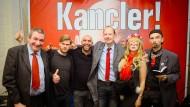 """Shahak Shapira (2. von links) und weitere """"Funktionäre"""" der Satirepartei Die PARTEI auf einer Pressekonferenz in Berlin."""