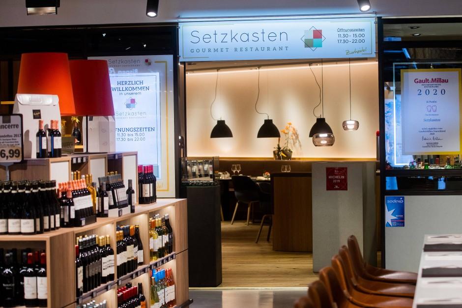 """Einmal am Wein vorbei: Das Restaurant """"Setzkasten"""" ist das einzige Feinschmeckerlokal in einem deutschen Supermarkt."""