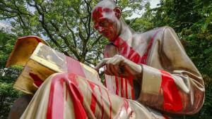 Auch eine italienische Statue gerät ins Wanken