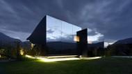 """Die Spiegelfassade macht's möglich: Die """"Mirror Houses"""" in Bozen verschmelzen mit ihrer Umgebung."""