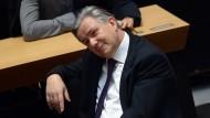 Gab sich ganz entspannt: Klaus Wowereit hat den Misstrauensantrag der Opposition wie erwartet überstanden