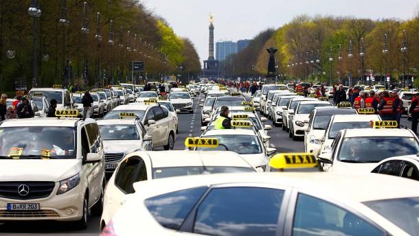 """Scheuer weg!"" – ""Uber raus!"""