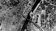 Dieses Foto der britischen Luftaufklärung aus dem Jahr 1944 zeigt den Osten Frankfurts mit dem Fundort der amerikanischen Splitterbombe, die am Sonntag entschärft werden soll.