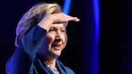Frau bewirft Hillary Clinton mit Schuh