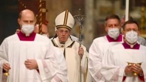 Franziskus feiert Christmette unter Corona-Bedingungen