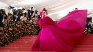 Es ist: ein äußerst hochwertiges Geschenk! Als Traum in Pink begann Lady Gaga ihren Auftritt bei der Met-Gala.