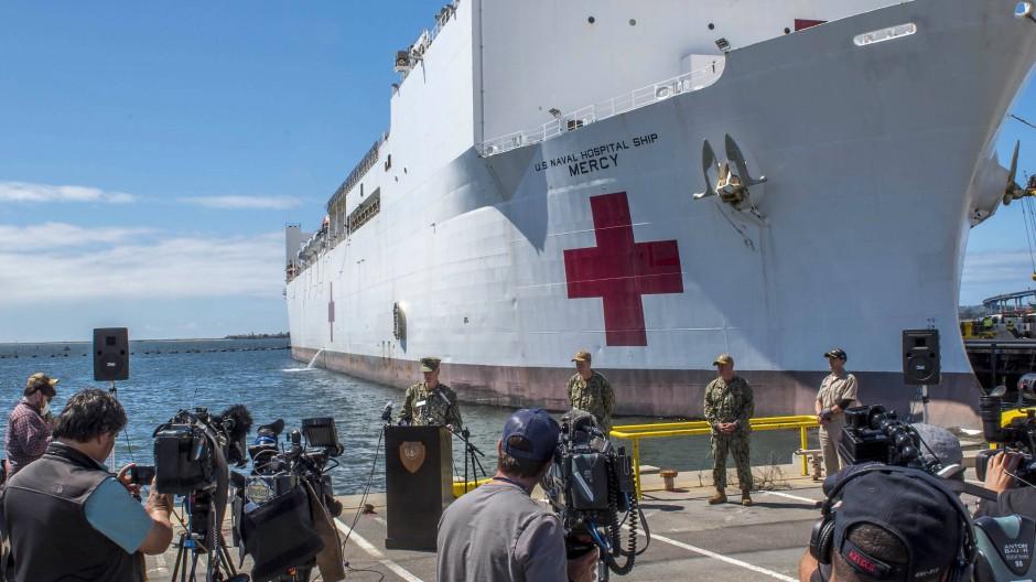 Der amerikanische Präsident Donald Trump mobilisiert nun das Militär im Kampf gegen das Coronavirus: Das Lazarettschiff USNS Mercy liegt vor San Diego, um Patienten aufzunehmen.