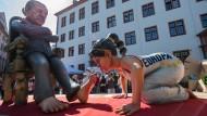 Bissig: In Mainz lässt sich der türkische Präsident Erdogan von Europa die Füße küssen