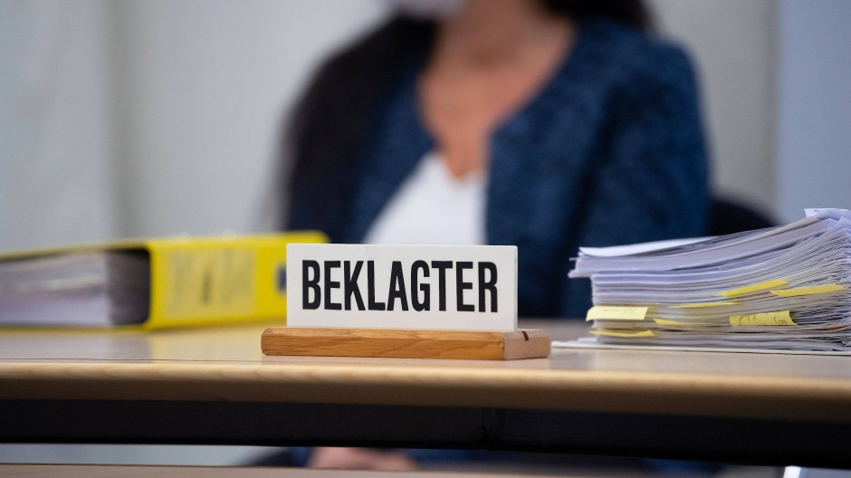 Die angeklagte Heilpraktikerin sitzt vor Prozessbeginn im Oberlandesgericht München.