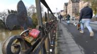 Sanierungsfall: Die Weidenhäuser Brücke in Marburg wird aufgrund von Sanierungsarbeiten für ein halbes Jahr gesperrt. Die Geländer der Brücke werden demontiert, von Schlössern befreit und aufgearbeitet.