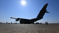 Ein Airbus A400M steht während einer Präsentation der Bundeswehr auf dem militärischen Teil des Flughafens Tegel