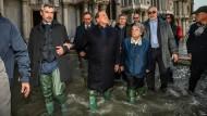Begutchten das Ausmaß der Schäden: Silvio Berlusconi (M.), ehemaliger Ministerpräsident von Italien und Forza Italia-Parteichef, mit Luigi Brugnaro (2. Reihe,M.), Bürgermeister von Venedig, und Renato Brunetta (3.v.r), Leiter der Abgeordnetengruppe von Forza Italia, auf dem Markusplatz.