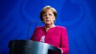 Kanzlerin Angela Merkel am Freitag bei einer Pressekonferenz mit Nato-Generalsekretär Jens Stoltenberg in Berlin