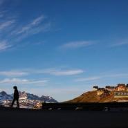 Ein Mann läuft alleine durch Tasillaq.