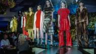 """Am Tresen: William Fan serviert im """"Knutschfleck"""" Mode, die sich keinem konkreten Trend fügt. Es ist sein Stil, damit macht er sich gerade einen Namen."""