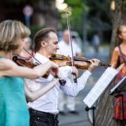 Auf ihrem Spaziergang vom Opernplatz zum Palmengarten gaben die Mitglieder der Kammeroper musikalische Einlagen.