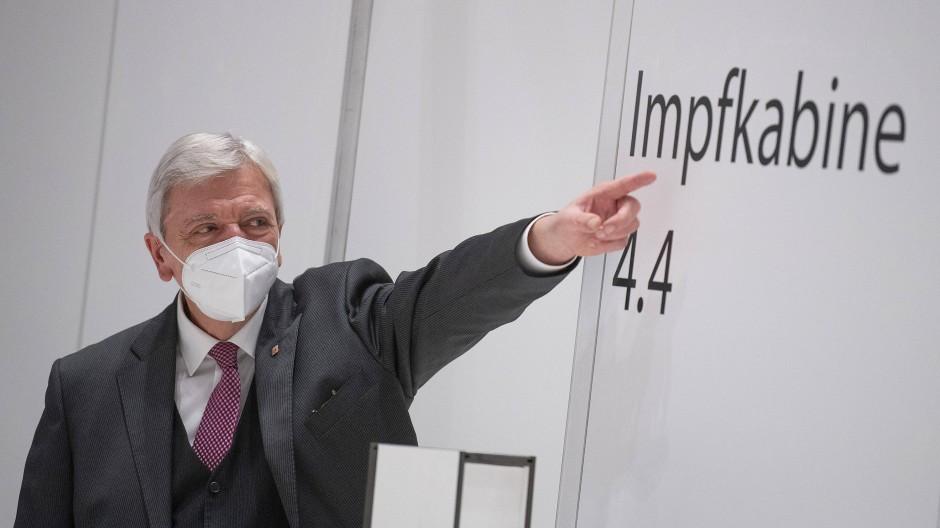 Richtungsweisend: Schon im vergangenen Jahr hatte der hessische Ministerpräsident das Corona-Impfzentrum in Wiesbaden besucht.