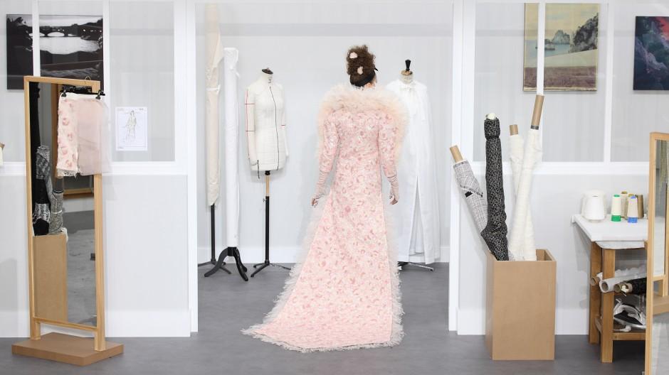 Jenseits des Laufstegs: Ein Model probiert ein von Karl Lagerfeld für Chanel designtes Kleid an, das während der Pariser Fashion Week 2016 präsentiert wurde.