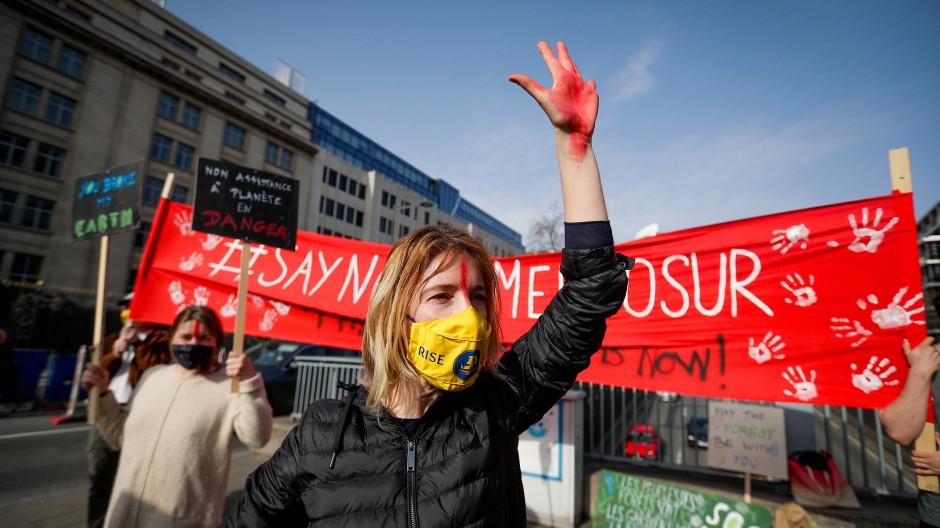 Klimaschützer protestieren Anfang März in Brüssel gegen das EU-Mercosur-Abkommen