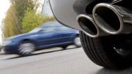 Abgase: Werden die Grenzwerte überschritten, könnten die Kommunen Fahrverbote verhängen.