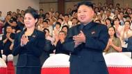 Kim Jong-un mit unbekannter Frau