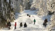Umstrittene Sonderregelung: Was wiegt schwerer: das Vergnügen der Winterurlauber oder das stille Leiden der Daheimgebliebenen?