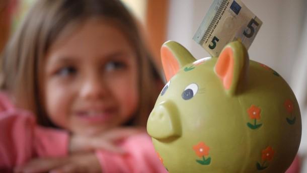 So lernen Kinder das Sparen