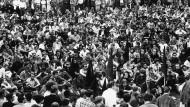 Eine Diskussionsveranstaltung zu den Berliner Studentenunruhen hinter dem Bockenheimer Studentenhaus in Frankfurt.