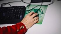 Keine Scheu vor der Technik: Seniorin am Computer.