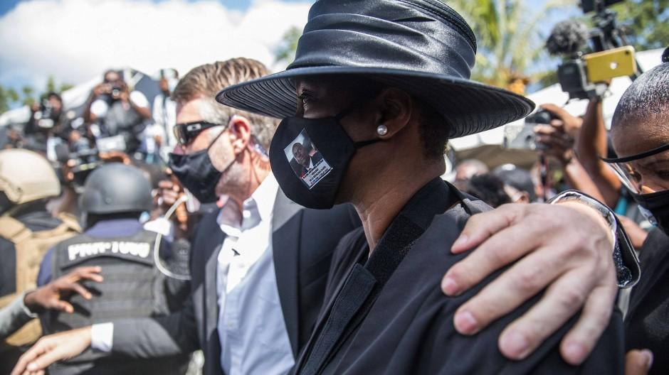 Die ehemalige First Lady Haitis, Martine Moïse, bei der Beerdigung ihres vor zwei Wochen ermordeten Mannes, Haitis Präsident Jovenel Moïse.