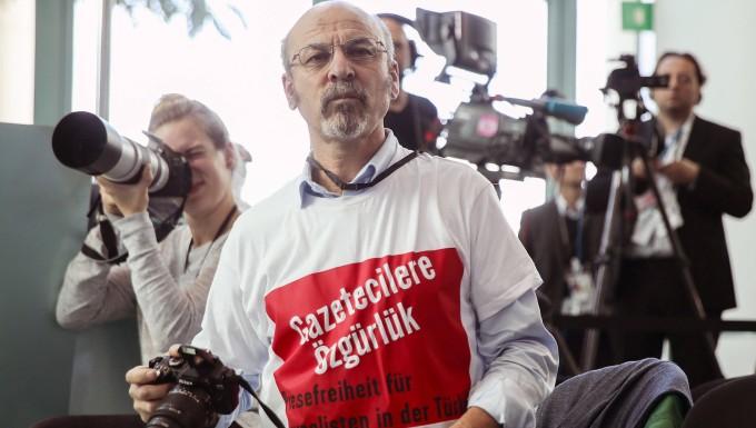 streitpunkt pressefreiheit provokation mit t shirt schriftzug - Erdogan Lebenslauf