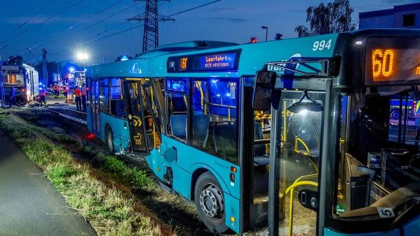 U-Bahn entgleist nach Unfall mit Bus
