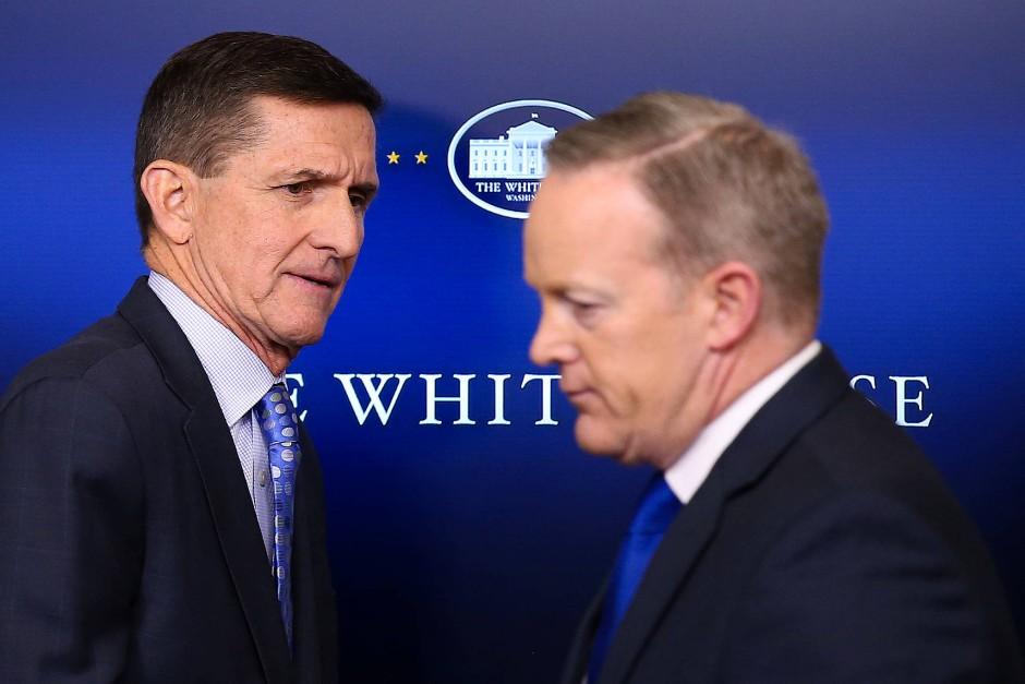 Noch einer, der nicht eben fest im Sattel sitzt: Auch Trumps Pressesprecher Sean Spicer (r.) erhält für sein Wirken vom Präsidenten offenbar nicht nur gute Kritiken.