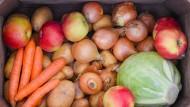 Eine Holzkiste mit heimischem Gemüse