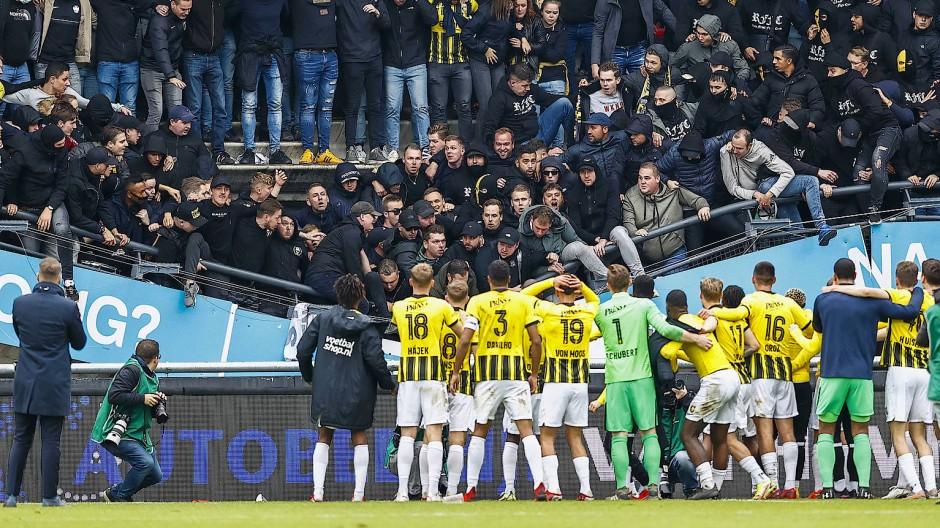 Kurzer Schockmoment bei allen Beteiligten: Die Tribüne im Stadion des NEC Nijmegen gibt nach.