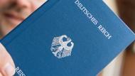 Deutsches Reich – Reisepass: Mit solchen ungültigen Dokumenten weisen sich Mitglieder der sogenannten Reichsbürger aus.