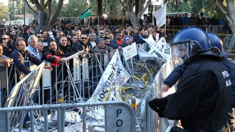 Protest in Nikosia: Angestellte von Staatsbetrieben demonstrieren gegen die Privatisierung (hier am vergangenen Donnerstag).