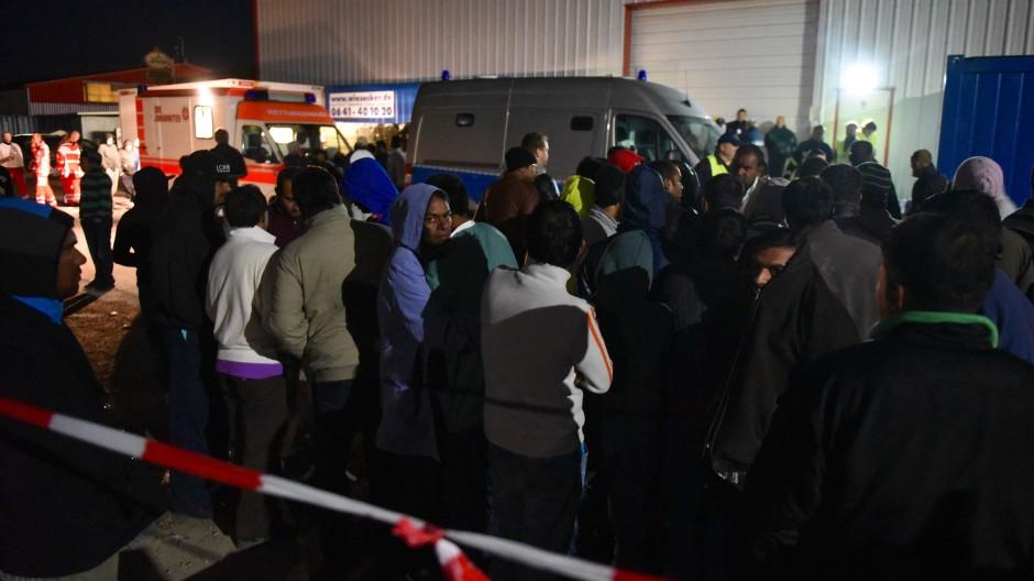 Polizei- und Krankenwagen vor der Flüchtlingsunterkunft in Kassel-Calden nach der Massenschlägerei am 27. September 2015