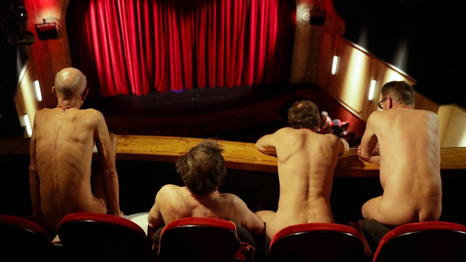 Publikum und Schauspieler nackt